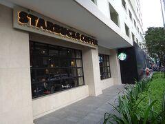 と、思ったのに、何故か吸い込まれるようにスタバに入ってしまいました。なぜホーチミンで一人でスタバ・・・後でもっと可愛いカフェに行くつもりだったのに。