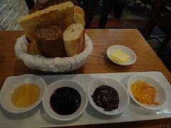ホテルの食事に飽きて、外で食べた朝ごはん。この日はAu Parkで。