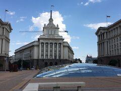 旧共産党本部(奥の建物)の手前にあるドーム。 いきなり道にドームがあるんです。 これは、地下に遺跡があるから。