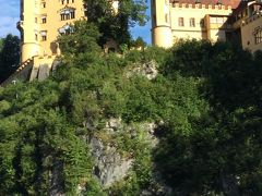 次はホーエンシュヴァンガウ城に上ります。 このお城はルードヴィヒ2世が幼少期を過ごした城で 荒城を彼の父、マキシミリアン2世が1832年に買い取りネオゴシック風に 改築したそうです。