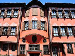 こちらのピンクの壁が可愛らしいお屋敷は1848年にゲオルギアディというトルコ人豪富の家でした。他の国では見たことがないような造りの建物はプロヴディフ独特の建築デザイン。現在は「ブルガリア民族復興博物館」として利用されています。 他にも珍しいカラフルな家が沢山立ち並ぶ旧市街は街全体がまるで博物館のようです。