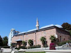 ダイヤモンド型の模様が美しいミナレットがあるジュマヤ・ジャーミヤがあります。 このイスラム寺院は14世紀に建てられました。