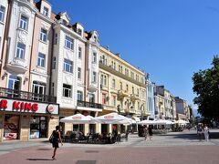 その広場から横に伸びる通りです。 チェコのチルチみたいにカラフルな建物が並ぶエリア 去年の夏に行った東欧、特にチェコの田舎は物価が安く景色も良かったです。 https://4travel.jp/travelogue/11167901