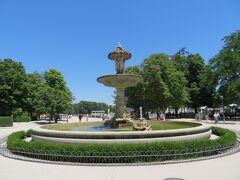 公園中央の噴水(Fuente de la Alcachofa)
