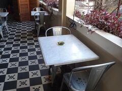 ルージーンは古アパートカフェの走りのようなお店で、今やホーチミンの有名カフェです。ちょっと高いのが玉に瑕。