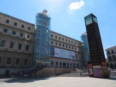 ソフィア王妃芸術センター(Museo Nacional Centro de Arte Reina Sofí) プラド美術館から徒歩10分ほどで到着しました。 日曜日は13時半から入場無料になります。チケット売場で入場券を受け取り、ここでもセキュリティチェックを受けて入場します。 ゲルニカのスケールに圧倒されました。