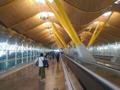 到着したT4S(ターミナル4サテライト ) 曲線的なデザインと黄色のアクセントカラーが印象的です。 入国審査のエリアに向かいます。