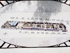 モスクは、西のメッカの方角に向かって建てられるため、東西方向に長い敷地になっています。  境内は、門によって4つの中庭(=進院)に分けられています。第一進院の中央にあるのが「木牌楼」、第二進院の中央には「石牌坊」が、第三進院には「省心楼」が、第四進院には「一真亭」が建っています。