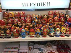 ロシアと言えば、そう、マトリョーシカ!  この中にいくつもの小さい人形が入ってる  帰りに買おうかなー  でも30ユーロくらい、高いぜ、作りもイマイチ。。