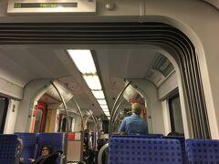 到着→入国(初めて色々聞かれたけど)→電車S8でミュンヘン中央駅へ  隣のドイツ人がビール飲みながらクロスワードパズルやってて  どこまで行くの?と聞かれ中央駅までと答えたら、あと20分ぐらいと教えてくれた  親切だなー  空港からミュンヘン中央駅までは電車で40分ぐらいかな  たしか12ユーロぐらいだった、切符は適当に押してれば買えますよ  この電車内では検札はなかったよ、ふー