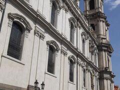 聖ミクラーシュ教会(右奥)