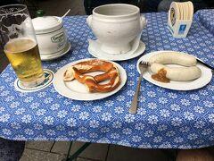 ドイツ料理屋へ  ビールとホワイトソーセージ  ホワイトソーセージは皮をむいて食いますよ  パンは勝手に付いてきます