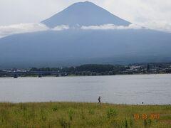 河口湖から見る「富士山」。