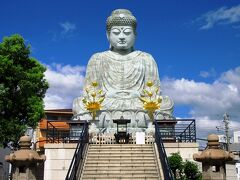 兵庫城跡から5分ほど歩いていくと、新西国23番の能福寺・兵庫大仏があります。この大仏は明治24年に豪商の寄進によって建立されたもので、奈良と鎌倉とあわせて日本三大大仏の1つとなっていたそうです。現在のものは平成3年に再建されたものです。