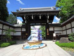 新開地に着くと神戸交通振興バス・山手線に乗って、県庁前までやってきました。相楽園は小寺泰次郎氏によって営まれた庭園で、明治末期に完成され、昭和16年からは神戸市の所有となり、一般公開されるようになりました。