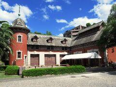 園内には元・神戸市長であった小寺謙吉氏が明治43年に建てた厩舎があります。1階には馬車を入れる車庫、2階に厩務員の宿舎や馬房があり、重要文化財に指定されています。