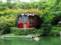 江戸時代に姫路藩主が河川で遊覧に使っていた川御座船の屋形部分を昭和55年に保存のため移築したものです。金箔を施した飾り金具を打つなど華麗な造りで、重要文化財に指定されています。