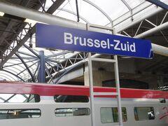 Brussels Zuid(ブリュッセル南駅)到着。  ホームが端っこにあって、中央のコンコースまでちょっと歩きます。 ホテルはブリュッセル中央駅の近くなので、もう1駅だけ電車に乗る必要がありますが、ホームが多すぎて、どの電車に乗ればいいのかわかりません。北駅行なら南駅→中央駅→北駅と行くだろうと思うのですが、30分ぐらい後の電車しかありません。今までの切符で乗り継げるかもわからないので切符買った方がいいのかな?  さんざん悩んだあげく、コンコース内のインフォメーションで聞くと、中央駅に行く次の列車のホームを教えてくれました。その時、切符はあるのか?と聞かれてタリスの切符を見せるとそれでいいと教えてくれました。  ちょうどQ&Aで南駅から中央駅に行きたいと言う質問があったので、この経験を書くと、○山1に 「ブリュッセルは北から北駅、中央駅、南駅ですから、なんで迷うんですかね。  切符はゾーン切符で、3駅共通は自明だし。」 って書かれました。 ブルージュに行くとき、南駅を発車した列車、ゲントまで1時間止まらなかった!そんな列車に間違って乗ったら大変です。ゾーン切符で3駅共通は自明って、初めてネットで買った切符がゾーン切符とか3駅共通とかどうしてわかる? もしそう思い込んでいたのが違っていたら罰金取られちゃうでしょ?何でもわからないことは聞くのが一番。  ○山1は、さらに続けてこう書いています。 「スペイン三大都市の治安は酷いんですが、ブリュッセルの3駅も良くありません。 犯罪被害に遭っておられなければ良いのですが。」  スペインの治安は決して酷くありません。ブリュッセルでも、あいにく被害になんか遭いませんでしたよ!私はそんなマヌケじゃありません。 ○山1はスペインやブリュッセルで被害に遭って、恨んでるのでしょうか?