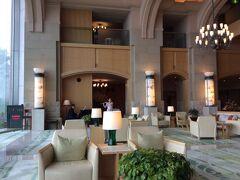 洞爺駅から約40分で、ザ・ウィンザー ホテル洞爺リゾート&スパへ到着。 とても、広々としたロビーでした。 ロビーでは、ピアノなどの生演奏も行われていました。