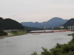 阿賀野川を渡って咲花温泉へ向かいます。  阿賀野川って公害の哀しい歴史があるんですね・・今は静かで綺麗です。  赤く見えるダムのようなのは阿賀野川頭首工といって用水の取水施設