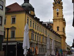 黄色い教会が見えてきました。  帰ってきてから調べてわかったのですがテアティーナ教会というそうですね。  見た目すごくきれいだったので記憶にあります。