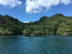 十和田湖に到着! 一般道の十和田道は山を曲がりくねりながら登り、そして下りる道なので車酔いしそうでちょっと疲れました。 でも、この景色を見ると来てよかった!