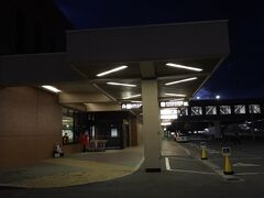 弘前から青森空港へ 車で45分ほど 途中でガソリンスタンドでガソリンを入れて(日曜日だったので休みなGSが多くて慌てました)レンタカーを返却  すっかり陽が沈んで15度と涼しい気温でした。