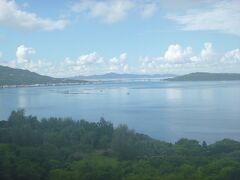 途中、琉宮城 蝶々園に寄ります。 いい景色!瀬底島と瀬底大橋。