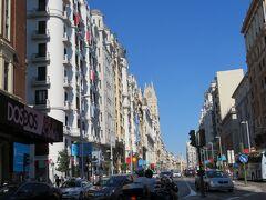 グラン・ビア駅(Gran Vía)に到着、階段を上がると重厚な建物が並ぶグラン・ビア通りに出ます。 青い空の下、白い建物が眩しく感じられます。