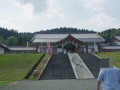 県道57号線→国道47号線で新庄へ。  その途中に道の駅とざわへ。この道の駅、韓国風の建物になっています。