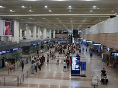 深夜2時、空港野宿。 リニアの最終は21時42分、始発は7時2分。 空港内のホテル「大衆空港賓館」は満室だし、8千円もする。  参考:【空港野宿】上海浦東国際空港で寝る! 夜明かし・仮眠に使えるオススメのベンチの場所は第1ターミナル1階?! http://www.smarttraveljournal.info/2015/07/sleeping-shanghai-pudong.html