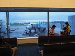 羽田空港に到着しました。 空港は、大概のお店がまで開いていません。 出発時間は6時25分、幸い雨は止みました。 出発は予定通り。