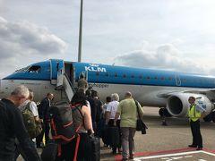 さて、欧米便が極端に少なく不便な関西空港は、イギリスへの直行便がひとつも飛んでいません!! なので、毎回イギリス行くたびに、どこかで乗り継ぐ苦難の旅なのですが、今回はKLMでアムステルダム乗継のエディンバラ入りというルートにしました。 これはアムステルダムのスキポール空港からエディンバラ行きの飛行機。大阪から四国に行くときに乗るくらいの小さな飛行機で、気分はほとんど国内線。タラップを歩いて登ります。乗ってる人は白人ばっかり。