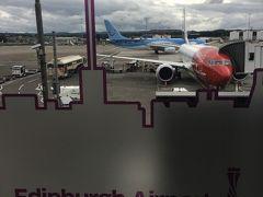 アムステルダムから約1時間半のフライトで、スコットランドのエディンバラに到着。寒いです~~。8月なのに。 嬉しかったのは、ロンドンのヒースローだといつも入国に何十分も並ばされるのに、エディンバラの入国の非EUの列は誰も並んでなくて(!)、すいすいと一番乗りで入国できたこと。今度から英国行くときは、ロンドン以外の空港から入ろう!と思いました。
