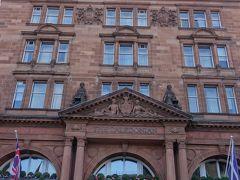 さて、最初の1泊だけだったプレミアインを引き払い、エディンバラ城が部屋から見える、お高いホテルに移動します。 ウォードルフ・アストリア・エディンバラ「ザ・カレドニアン」という大層な名前の古そうなホテル。建物も歴史的な感じです。