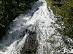 まずは湯滝へ。東武日光駅から湯滝まで普通に払うと1650円なので、やはりフリーパスがお得。ランチを湯滝を見ながら食べて、ハイキングスタート!