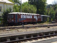 到着! 駅構内には、こんな古びた列車が捨てられて(?)いる。