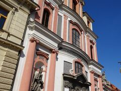 「石の噴水」の向こう側にあるのが、聖ヤン・ネポムツキー教会。 外観は、ピンクの大理石が用いられていて美しい。
