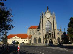 駅に戻る途中にあるのが、聖母マリア修道院教会。 確かに大きく、確かに重厚。