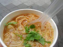 渡辺直美ちゃんがおすすめしてた西門の阿宗麺線!  モツが入っててカツオだしがうまい! 次の日も食べました。  クソ暑い(失礼!)台湾で、熱い麺を立ち食いで... にも関わらず常に行列なんですから。  よっぽどでっせ。