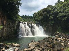ゴォォオと勢いよく流れる滝に圧倒されました。マイナスイオンがたっぷり発生していそう。自然のエネルギーをたっぷり吸収できた気分。川の水が冷たくて気持ち良かったな~♪
