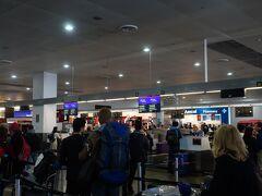 乗り継ぎの為、第二ターミナルへ移動します。歩いて2~3分くらいでしょうか。  到着すると丁度チェックインがスタートする時間で、エコノミークラスは長蛇の列が出来ていました。列に並ぶと懐かしい日本語が聞こえてきます。 連休最終日に合わせてタイ航空で飛ぶ人が多いようです。シドニー、ケアンズ辺りはもっと多いんだろうなと思います。