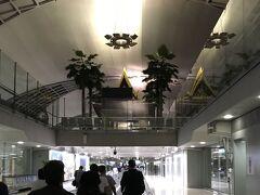約6時間で、バンコク、スワンナプーム国際空港に到着です。 現地時間、午前5時。 日本との時差は2時間です。 この後の入国手続もスムーズにすみました。