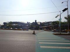 3日目 8時 今日は日帰りで台南へ  目の前は台鉄台中駅、旧駅舎と新駅舎が並んで見えます。