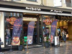 ストックマンの前は、ハードロック・カフェのヘルシンキ店。  この日は天気も悪く、屋外のオープンカフェは営業していませんでした。残念。