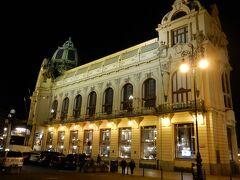 共和国広場に面した市民会館。  1階のカフェが、朝はボリュームたっぷり、夜はいい雰囲気。