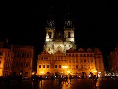 旧市街広場に到着。  プラハ一綺麗な夜景のアイコンだと思います。 ティーン教会。