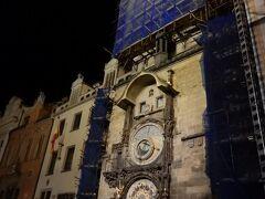 旧市庁舎の天文時計です。  正時になると人が集まっていました。