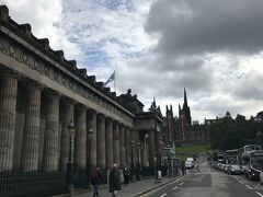 国立美術館を横切って旧市街へ。