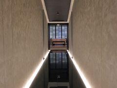 【蔵-鉄板焼&寿司 (鉄板焼きディナー)】  20時から、『蔵』で鉄板焼きディナー。  写真は『蔵』と『C:GRILL(シーグリル)』への長~いアプローチ。  コンラッド大阪のダイニングのうち、『蔵』と『C:GRILL』は、1階から40階への直通エレベーターを降りたすぐ左手にあり、『アトモス・ダイニング』と『40スカイバー&ラウンジ』はフロントの奥に位置しています。いずれも40階です。